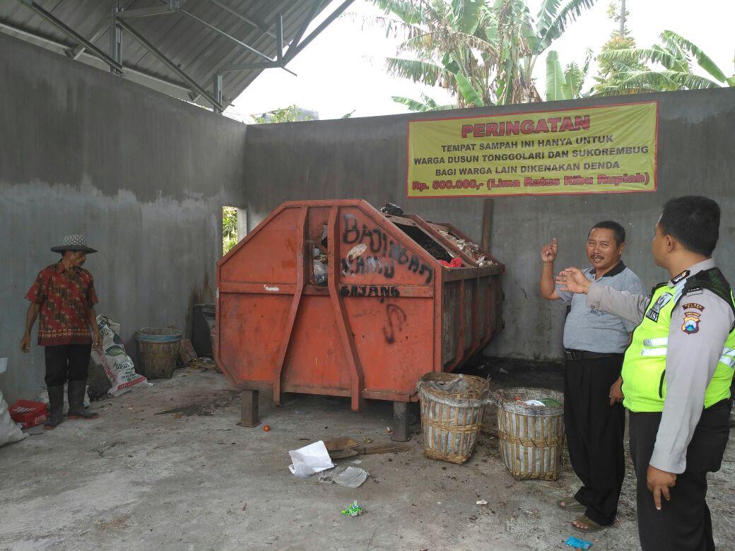 Anggota Bhabinkamtibmas Polsek Batu Kota Polres Batu Mengecek Tempat Pembuangan Sampah Di Desa Sidomulyo