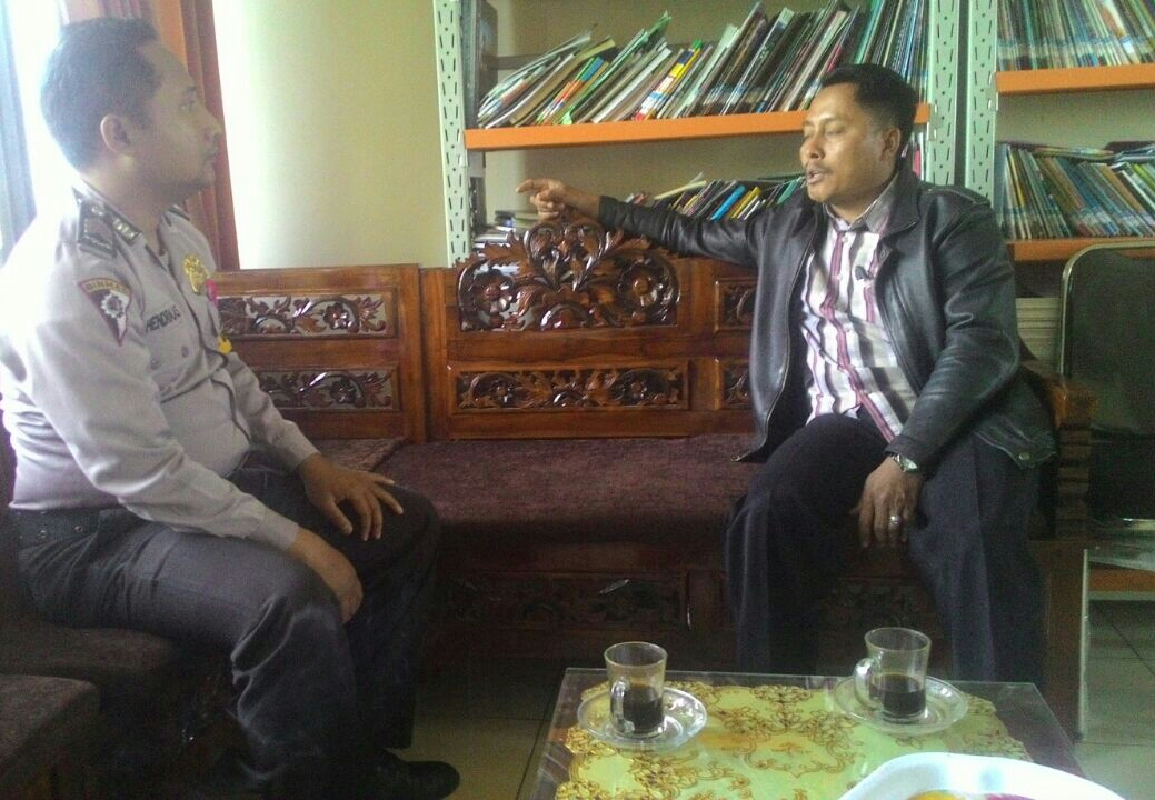 Anggota Bhabin Polsek Batu Polres Batu Giatkan Sambang Dialogis Dengan Perangkat Desa Binaan Berikan Himbauan Kamtibmas