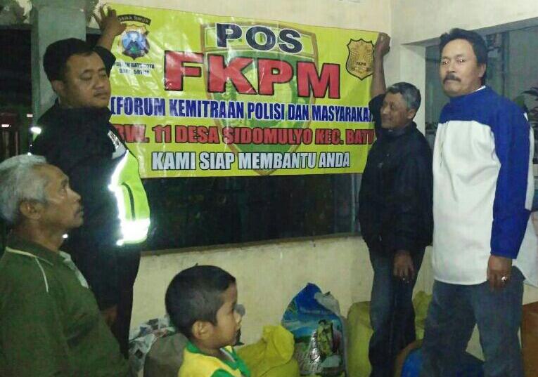 Anggota Polsek Batu Polres Batu Giatkan Sambang Ke Pos FKPM Guna Jalin Mitra Kerja