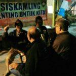 Jagongan Tatap Muka Bersama Warganya, Anggota Polsek Batu Polres Batu Patroli Binluh Kepada Anggota Ronda Malam