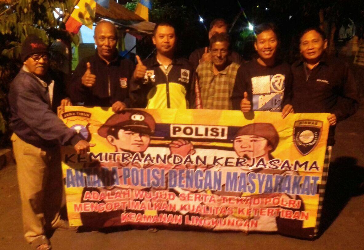 Anggota Bhabinkamtibmas Polsek Batu Kota Polres Batu Melaksanakan Kegiatan Sambang Jaga Pos Kamling