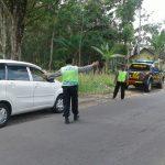 Kapolsek Ngantang Polres Batu Bersama Anggota Melaksanakan Giat Pengaturan Jalan