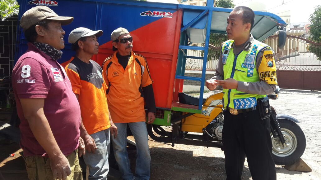 Anggota Polsek Batu Polres Batu Ke Bengkel Grobak Sampah Kota Batu Jaga Sinergitas Dalam Menjaga Situasi Kamtibmas