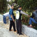 Anggota Bhabinkamtibmas Polsek Batu Kota Polres Batu Mengunjungi Pembangunan Tanggul Penahan Air Guna Mengecek Di Desa Binaan