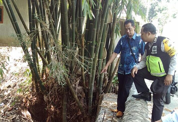 Giat Patroli Sambang, Anggota  Polsek Batu Kota Polres Batu Cek Proyek  Pembangunan Tanggul Penahan Air Di Desa Wilayah Binaan