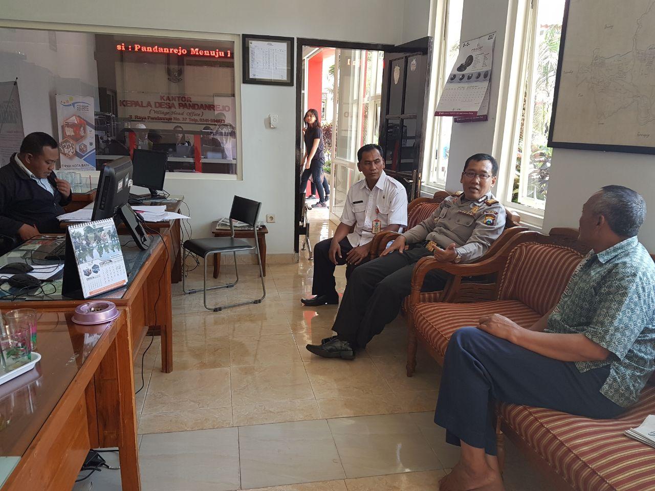 Kapolsek Bumiaji Polres Batu Lakukan Sambang Berikan Asistensi Tentang Penyerapan Anggaran di Kantor Desa Pandanrejo Kecamatan Bumiaji