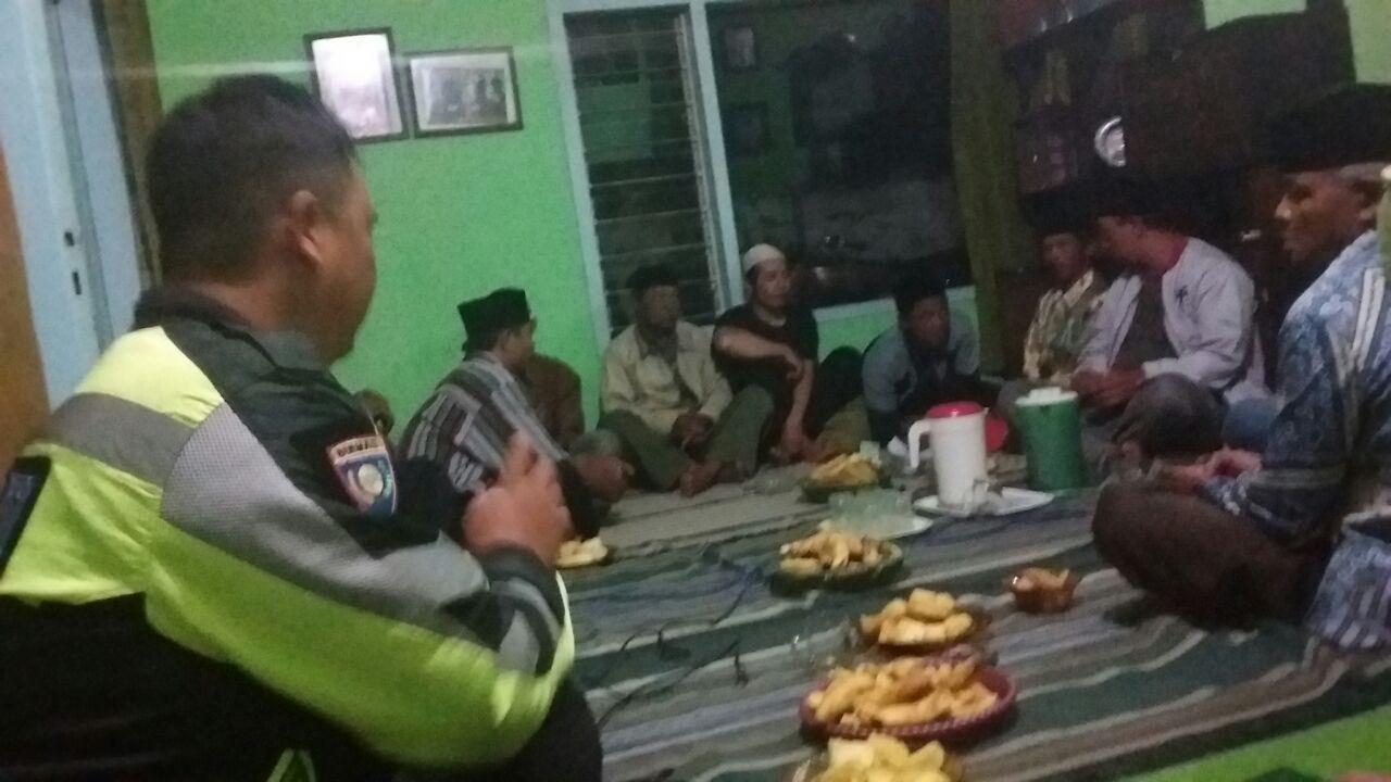 Anggota Bhabinkamtibmas Desa Bulukerto Polsek Bumiaji Polres Batu Patroli Serta Memberikan Penyuluhan Kamtibmas Kepada Masyarakat