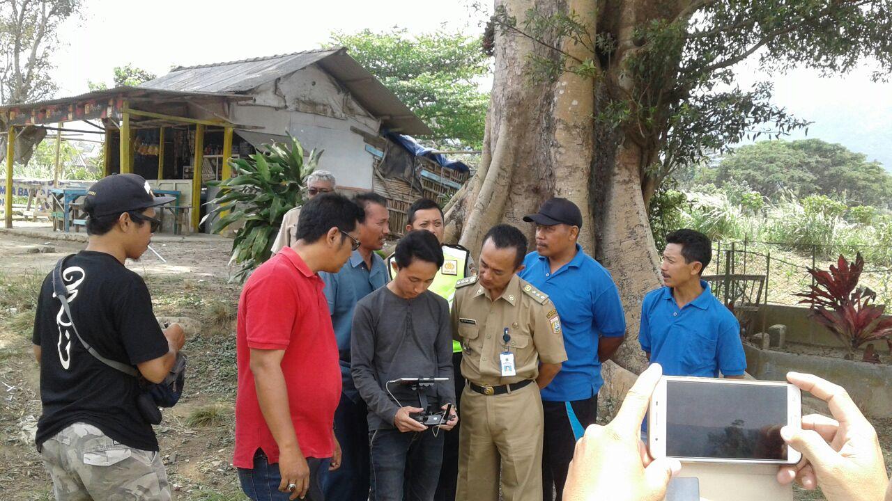 Bhabin Polsek Ngantang Polres Batu Melaksanakan Pengamanan Kegiatan Kunjungan Dalam Meninjau Lokasi Waduk Selorejo di Desa Kaumrejo
