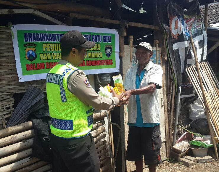 Anggota Bhabinkamtibmas Polsek Batu Kota Polres Batu Lakukan Giat Peduli Kaum Dhuafa Dan Warga Kurang Mampu