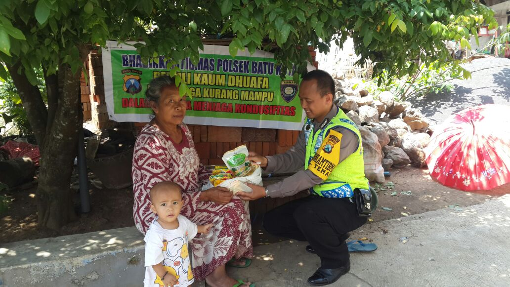 Anggota Bhabinkamtibmas Polsek Batu Kota Polres Batu Membantu Warga Kurang Mampu Yang Sedang Sakit Di Daerah Kelurahan Temas