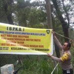 Guna Menekan Angka Kecelakaan, Binmas Polsek Batu Kota Polres Batu Memasang Himbauan Lalin di Jalan Klemuk
