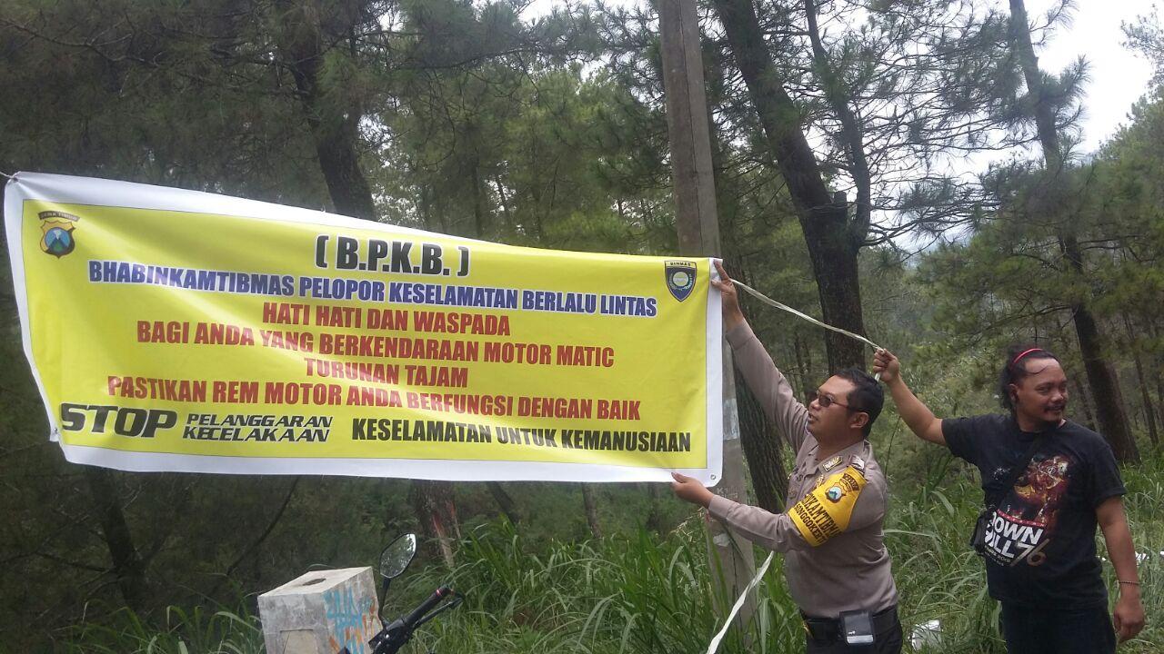 Pemasangan Banner Himbauan Rawan Laka Di Pertigaan Klemuk Songgoriti oleh Anggota Bhabinkamtibmas