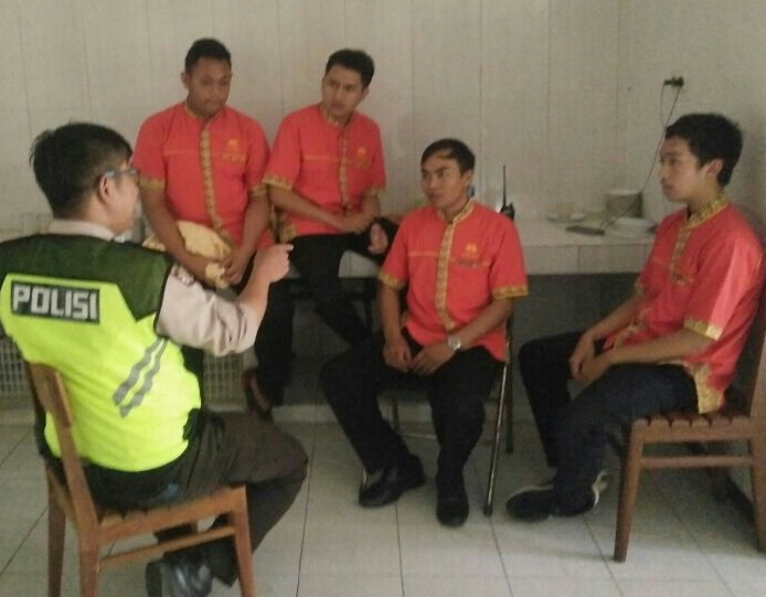 Binluh anggota Binmas Polsek Batu Kota Polres Batu Dengan para pekerja hotel