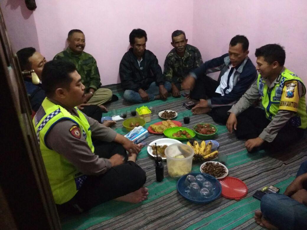 Anggota Bhabin Polsek Junrejo Polres Batu Menghadiri Kegiatan Arisan Linmas di Desa Binaan