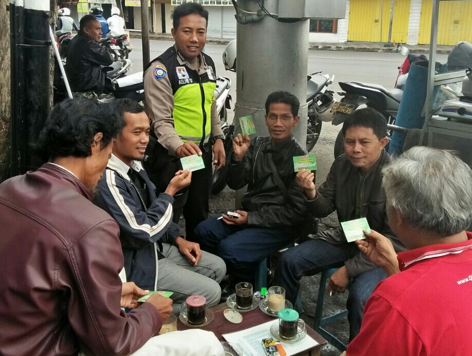 Anggota Bhabinkamtibmas Polsek Batu Kota Polres BatuSambangi Warga Untuk Ajak Warga Tertib Berlalu Lintas