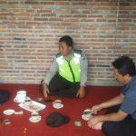 Anggota Polsek Batu Kota Polres Batu Mengunjungi Tokoh Mayarakat Guna Menghimbau Masayarakat Tertib Berlalu Lintas