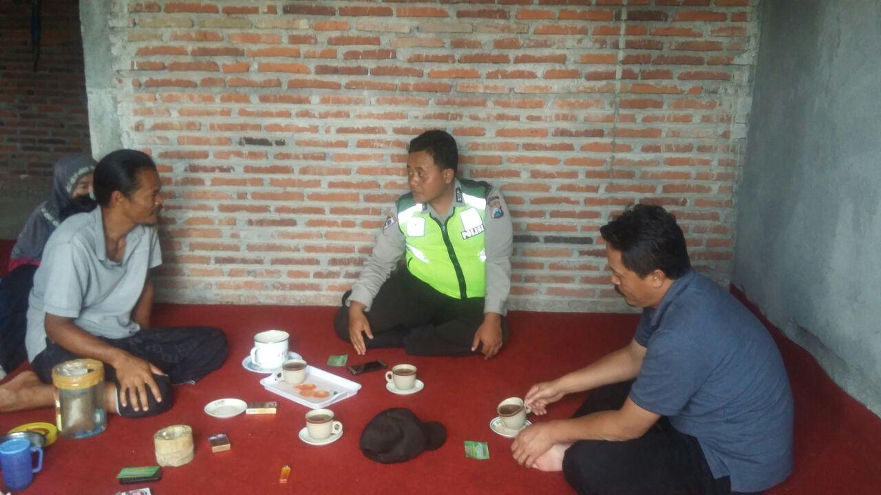 Anggota Polsek Batu Kota Polres Batu Kunjungi Tokoh Mayarakat Guna Himbau Masayarakat Tertib Berlalu Lintas