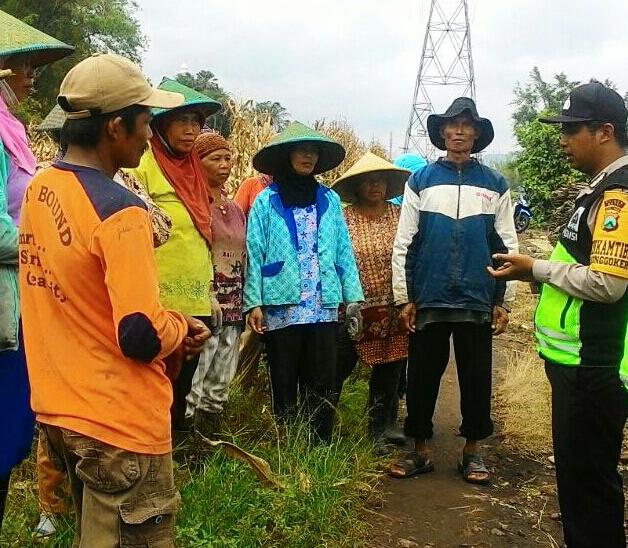 Sambangi Tani Bhabinkamtibmas Polsek Batu Kota Polres Batu Mengajak Warga Tertib Berlalu Lintas
