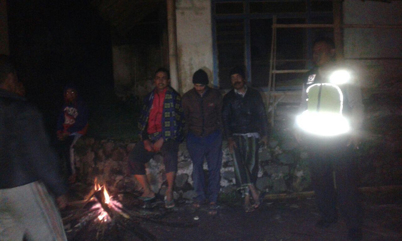 Anggota Bhabin Polsek Pujon Polres Batu Patroli Dan Serta Ajak Warga Kunjungi Pos Kamling Di Desa Binaan
