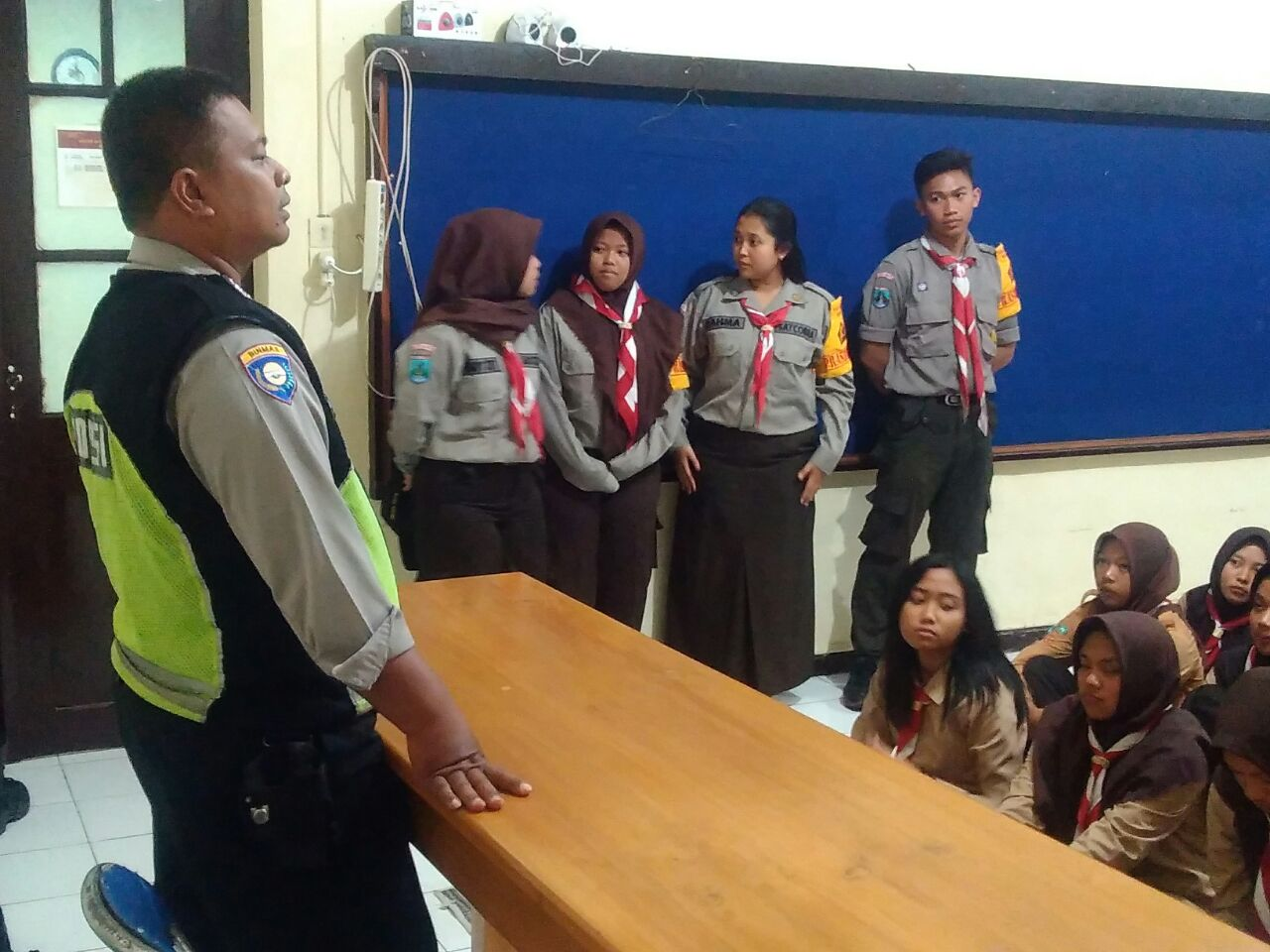 Kanit Binmas Polsek Batu Polres Batu Dengan Saka Bhayangkara Polsek Batu Kota Jaga Siswa Dari Kenakalan Remaja