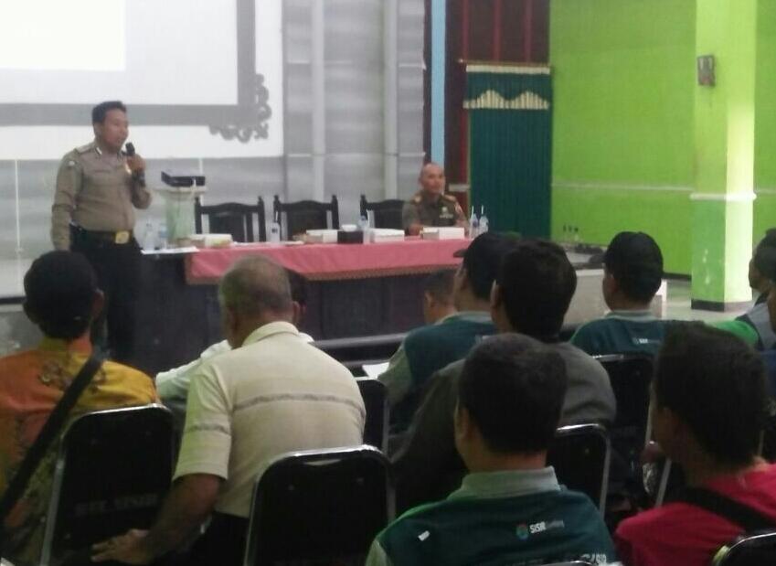 Anggota Bhabinkamtibmas Polsek Batu Kota Polres Batu Memberikan Pembekalan Kepada Perangkat Kelurahan Sisir Batu Tentang Pengendalian Keamanan Lingkungan
