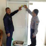 Anggota Bhabin Polsek Batu Polres Batu Patroli Pasang Stiker Untuk Menjaga Wilayah