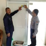 Menjaga Keamanan, Anggota Bhabin Polsek Batu Kota Polres Batu Patroli Sambang Pasang Stiker Kartu Pintar Reaktif