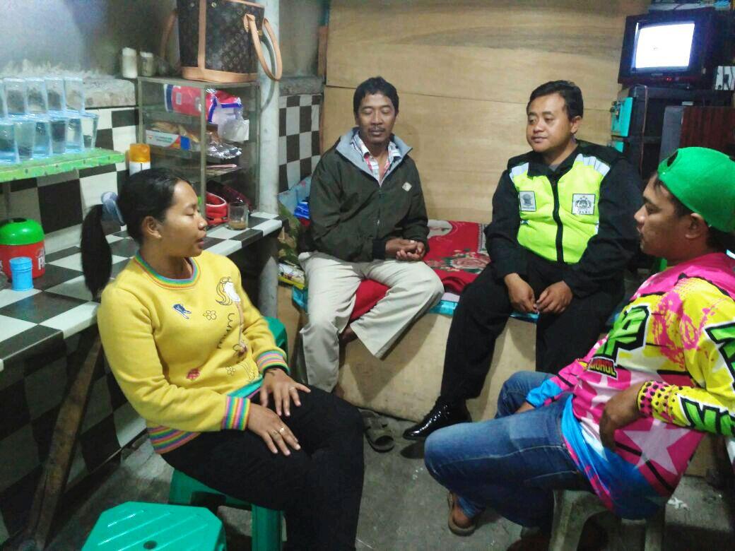 Anggota Bhabinkamtibmas Polsek Batu Kota Polres Batu Kegiatan Patroli Kamtibmas Warga Desa Binaan