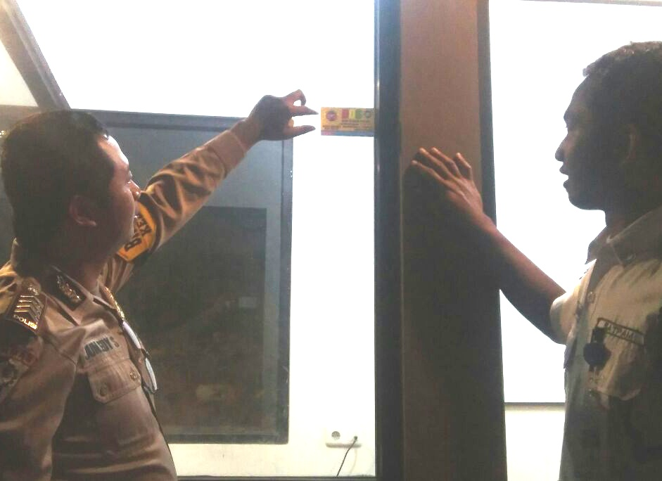 Anggota Bhabin Polsek Batu Kota Polres Batu Patroli Sambang Satpam De Onzen Pasang Stiker Reaktif