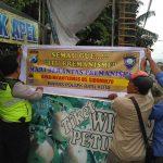 Anggota Bhabin Polsek Batu Polres Batu Pasang Banner Himbauan Kamtibmas Untuk Menjaga Situasi