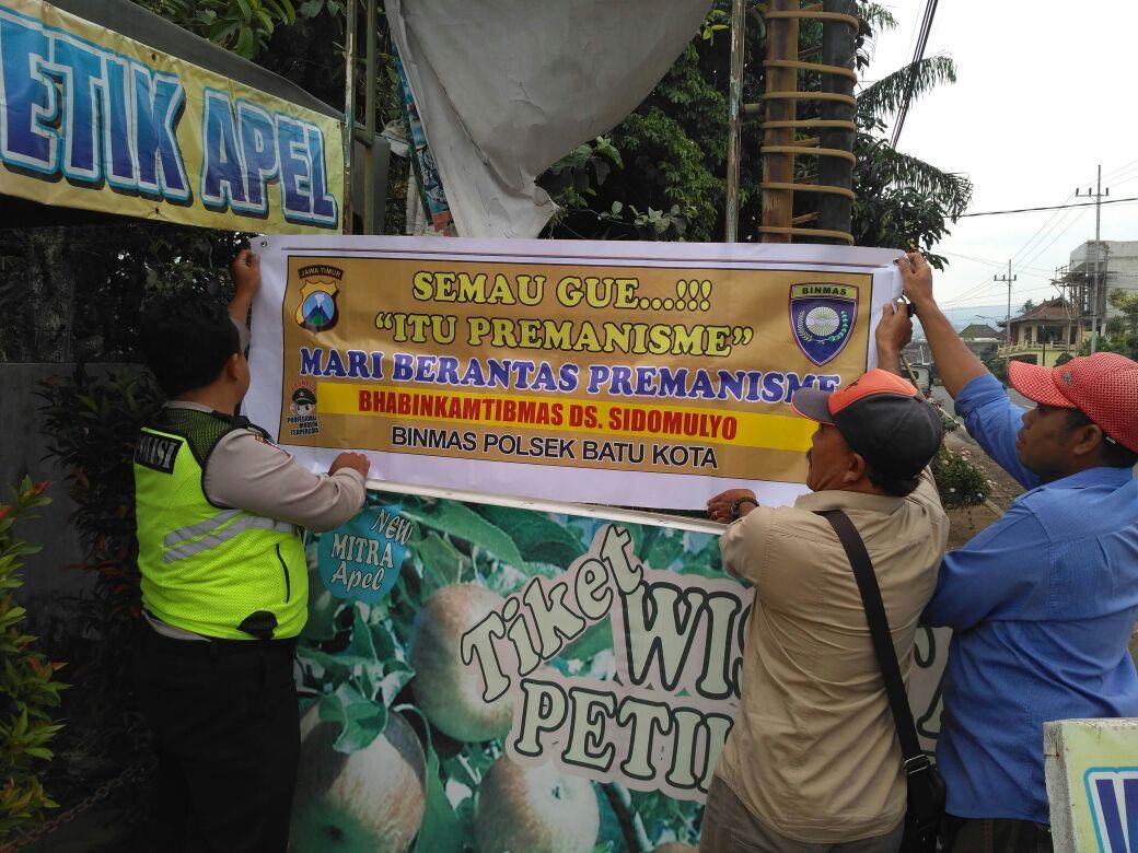 Anggota Bhabin Polsek Batu Kota Polres Batu Pasang Banner Himbauan Kamtibmas Jaga Wilayah Aman Dari Premanisme