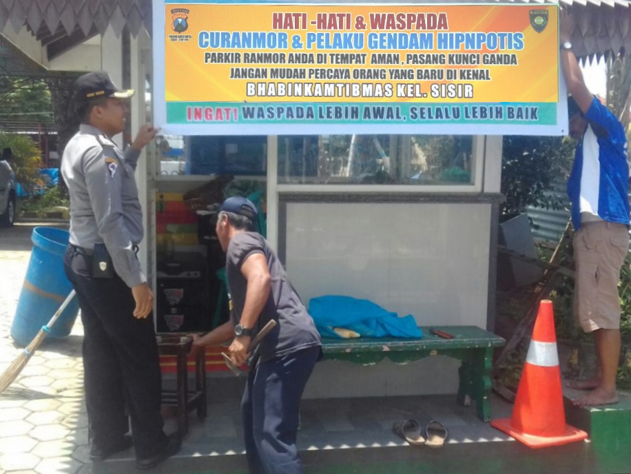 Anggota Bhabain Polsek Batu Polres Batu Giat Pemasangan Banner Himbauan Kamitbmas