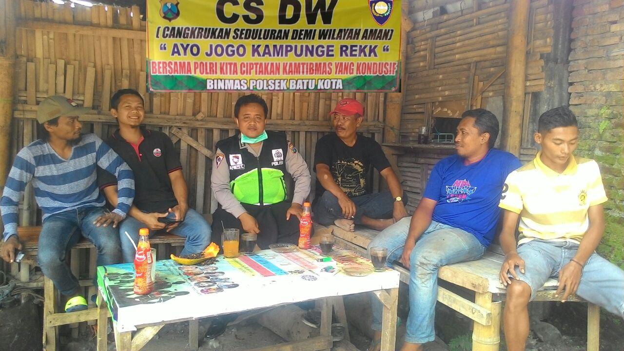 Anggota Polsek Batu Polres Batu Cangkrukan Seduluran Demi Ciptakan Rasa Aman Dan Nyaman Di Wilayahnya