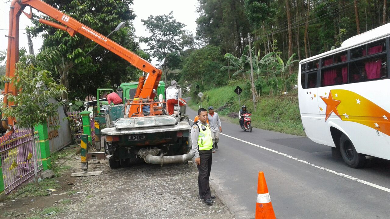 Anggota Polsek Ngantang Polres Batu Pengamanan Pengecoran
