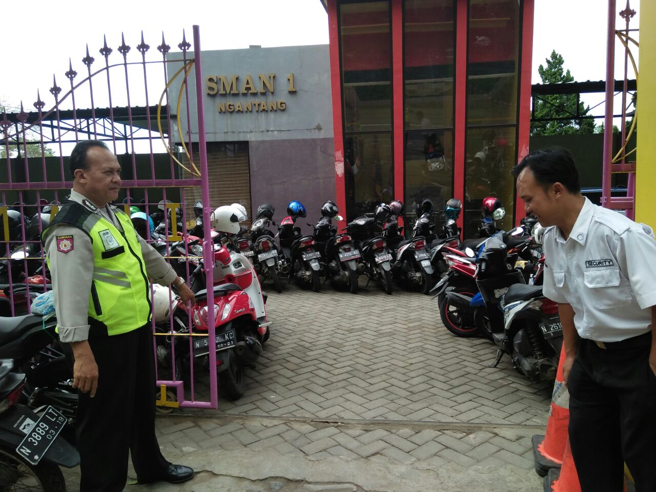 Anggota Polsek Ngantang Polres Batu Melaksanakan Giat Patroli Dialogis Tatap Muka bersama Satpam di SMA N 01 Ngantang