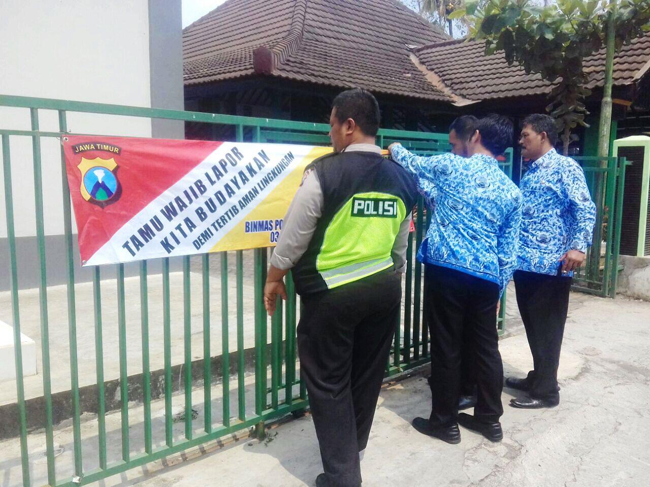 Demi Ketertiban di Lingkungan, Kanit Binmas Polsek Batu Kota Polres Batu Pasang Banner Himbauan Untuk Wajib Laporan