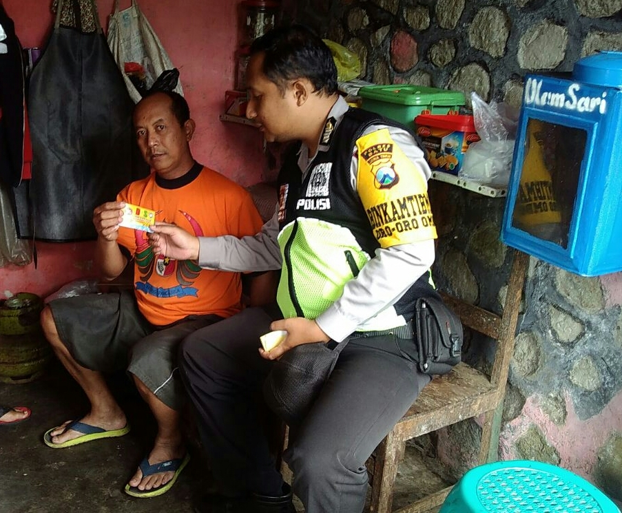 Jalin Kedekatan Dengan Warga, Bhabinkamtibmas Polsek Batu Kota Polres Batu Sambang Pedagang Pracangan