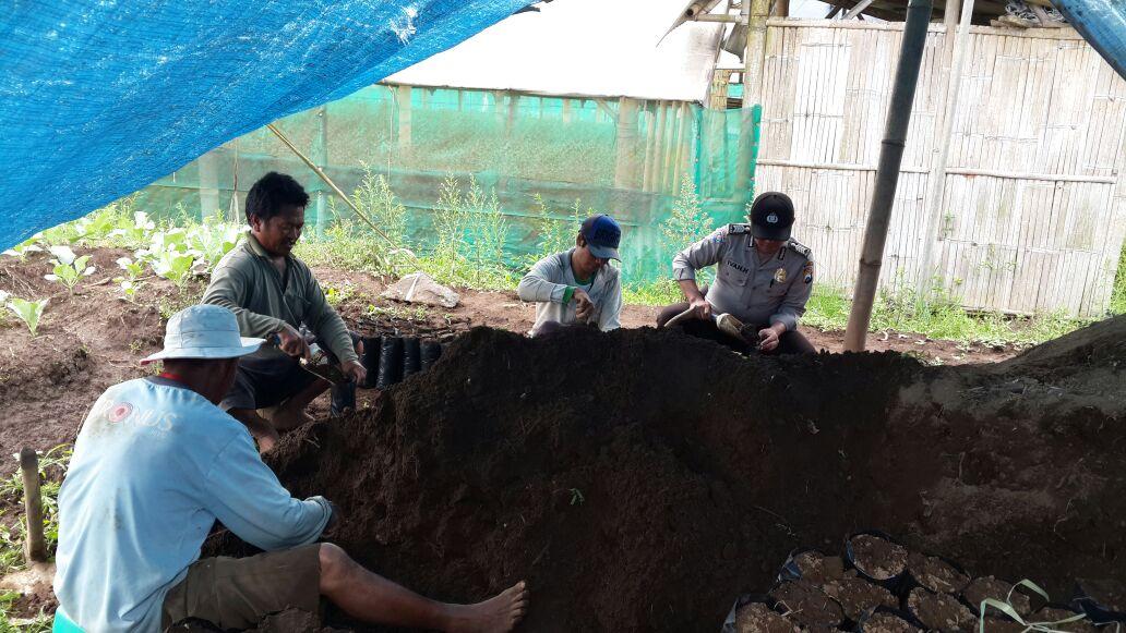 Polsek Batu Polres Batu Bagikan Brosur Pengguna Dana Desa Juga Sampaikan Kamtibmas