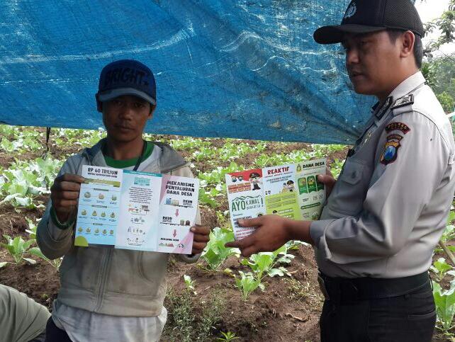 Binmas Polsek Batu Kota Polres Batu Bagikan Brosur Informatif Penggunaan Dana Desa
