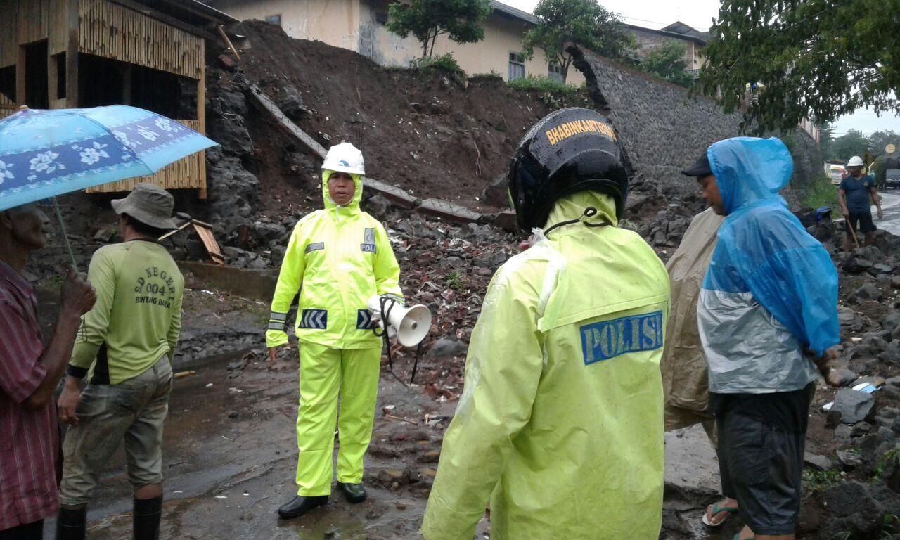 Kapolsek Ngantang Polres Batu bersama dengan Anggota TKP Tanah Longsor yang Menutupi Bahu Jalan di Desa Jombok