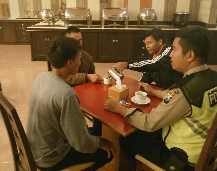 Bhabin Polsek Batu Polres Batu Sambangi karyawan Metropole Hotel Sampaikan Kamtibmas