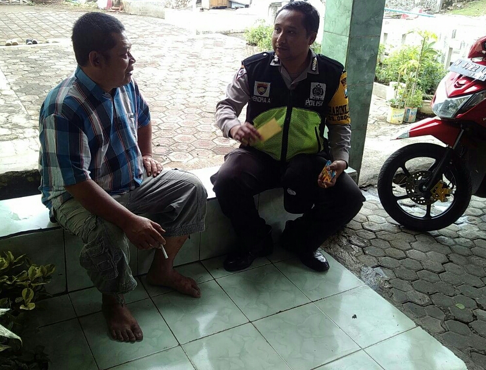 Anggota Binmas Polsek Batu Polres Batu Giatkan Sambang DDS Tokoh Masyarakat Desa Oro Oro Ombo