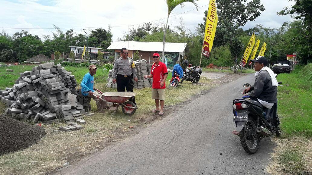 Bhabinkamtibmas Desa Mojorejo Polsek Junrejo Polres Batu Tinjau Pembuatan Jalan