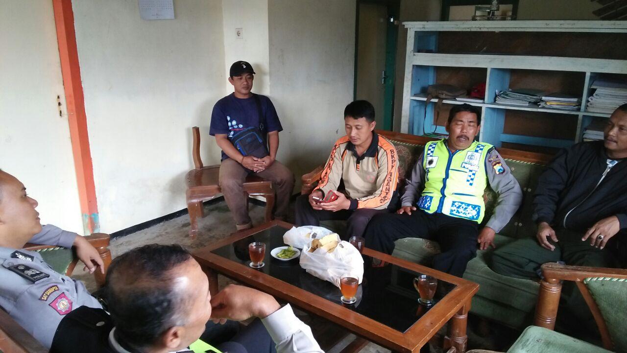Polsek Ngantang Polres Batu melaksanakan giat Patroli dialogis Koordinasi Dengan Perhutani RPH Sekar Antisipasi Pohon Tumbang dan Tanah Longsor