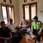 BhabinPolsek Ngantang Polres Batu Melaksanakan giat Sambang ke Desa Jombok pasca ambrol pelengsengan di belakang Balai Desa