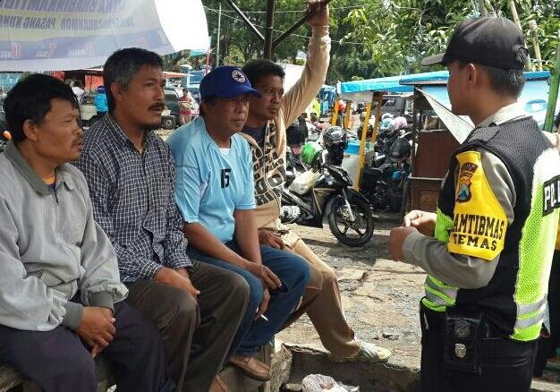 Dekati masyarakat yg sedang bersantai, anggota Bhabin Brigadir Anton Serap Aspirasi Masyarakat