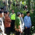 Kapolsek Ngantang Berserta Anggota Menghadiri Takziah ke Kepala Desa Jombok kec Ngantang