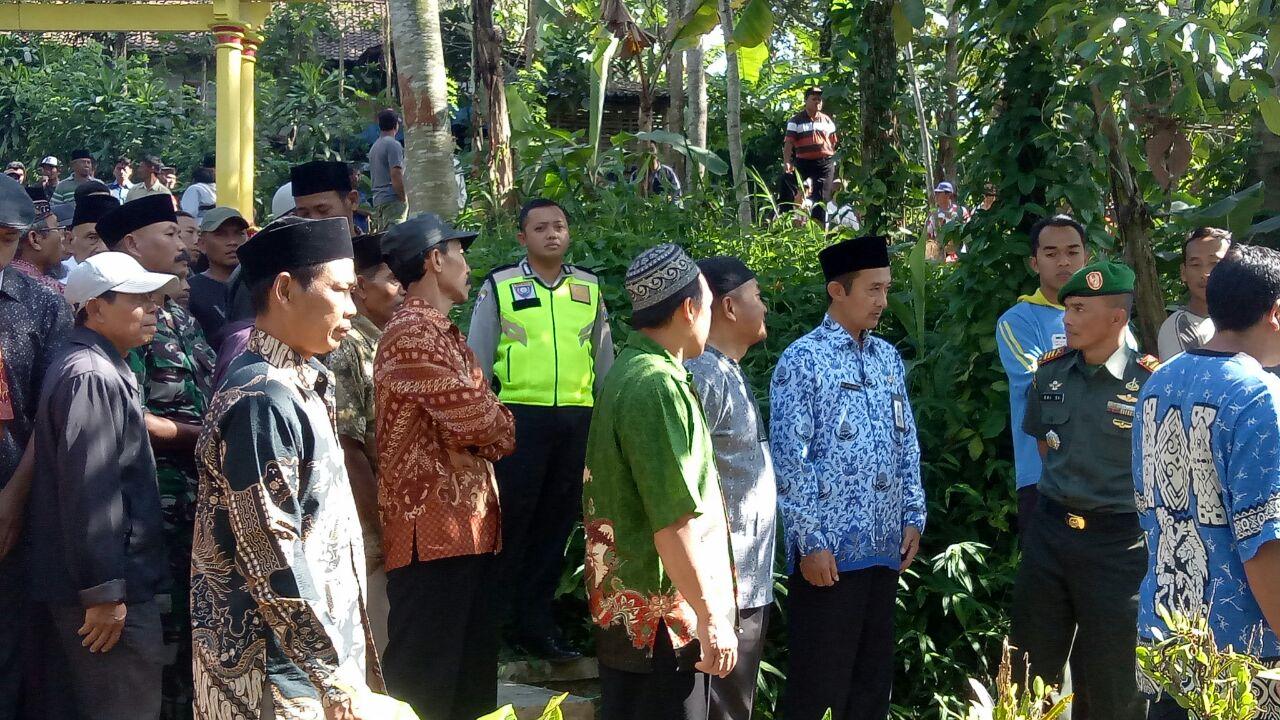 Kapolsek Ngantang Berserta Anggota Melakukan Giat Takziah ke Kepala Desa Jombok
