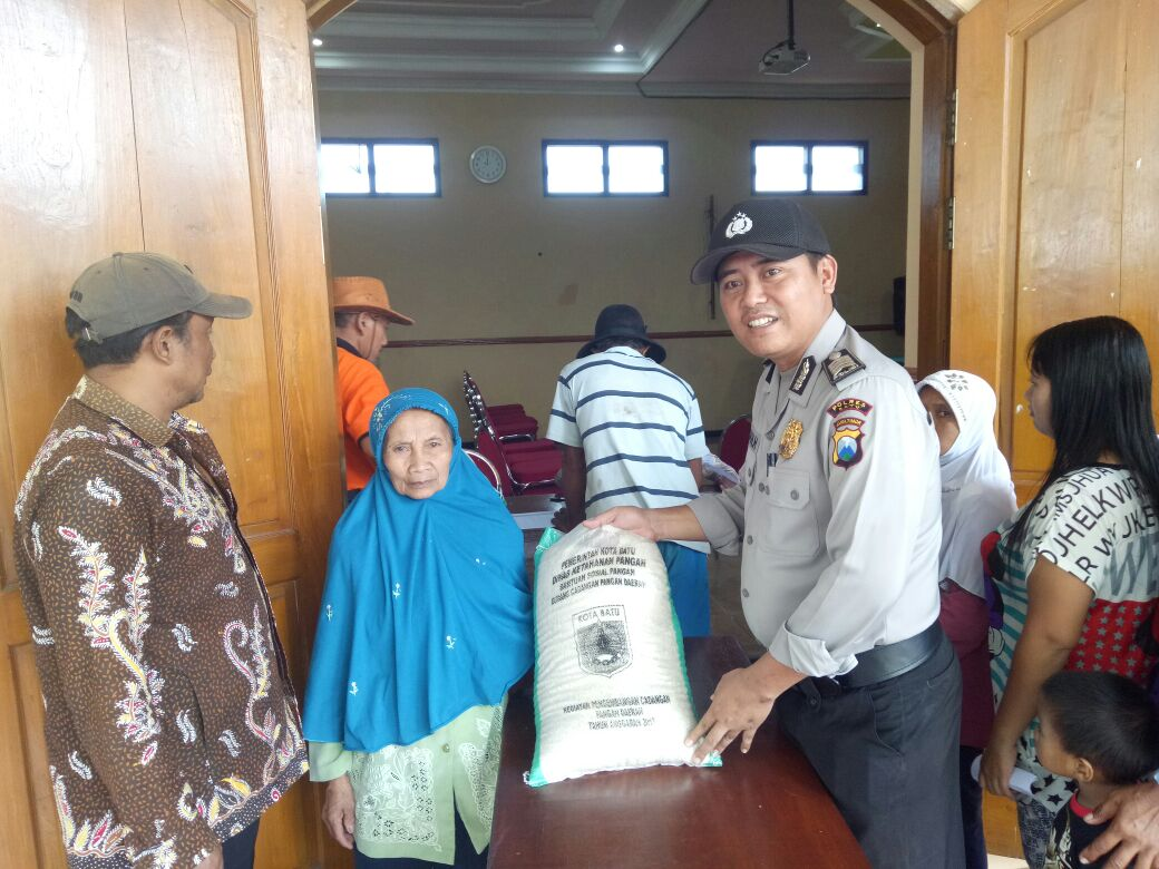 Anggota Satbinmas Polsek Batu Polres Batu Amankan Kegiatan Masyarakat Binaanya Untuk Mnejaga Wilayah Aman Dan Lancar