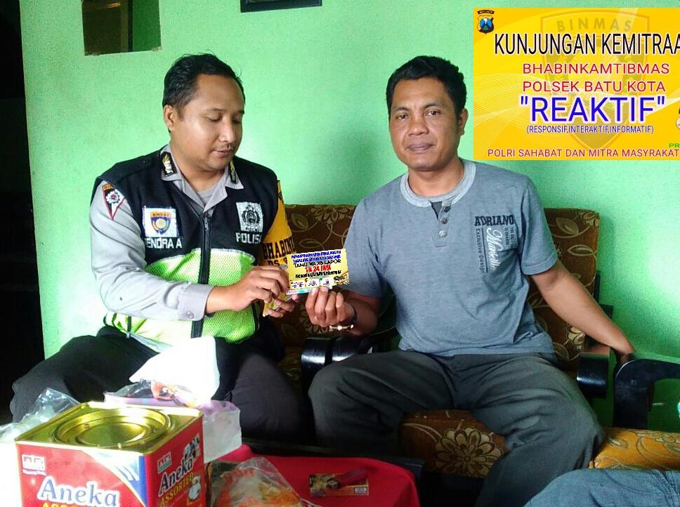 Anggota Satbinmas Polsek Batu Polres Batu Giatkan Sambang Kunjungan Kamtibmas Berikan Kartu Reaktif Untuk Menjaga Kamtibmas Wilayah Binaan Kondusif